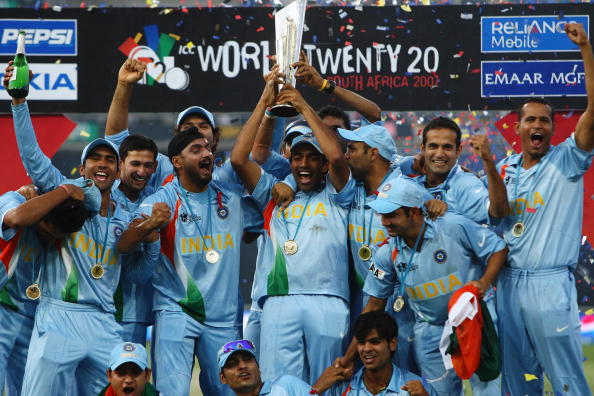 JOHANNESBURG, SOUTH AFRICA - SEPTEMBER 24:  The Indian team celebrate with the trophy during the Twenty20 Championship Final match between Pakistan and India at The Wanderers Stadium on September 24, 2007 in Johannesburg, South Africa.  (Photo by Tom Shaw/Getty Images)