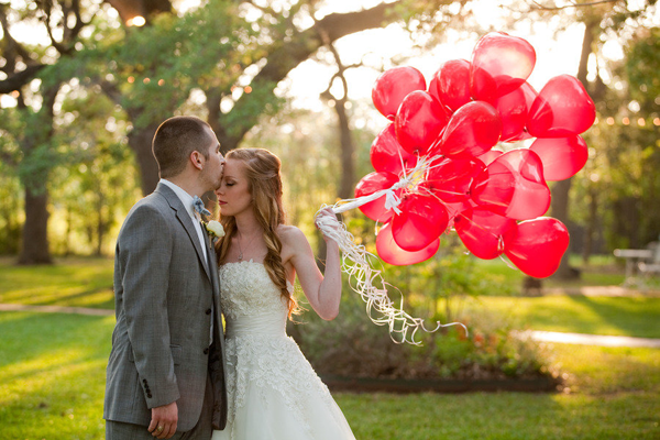 vintage-wedding-with-heart-shaped-balloons