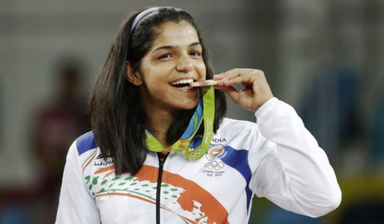 522222-sakshi-malik-medal-bite-700-752x440